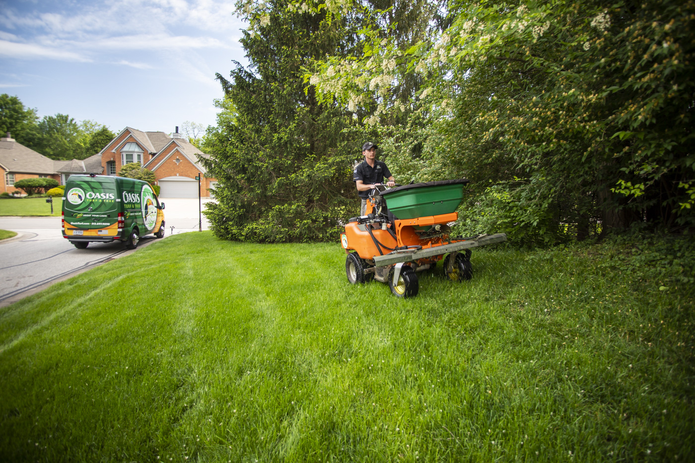 Oasis lawn care technician applying fertilizer in northern Kentucky